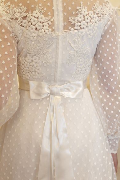 Matrimonio a tema margherite: dettaglio vestito sposa