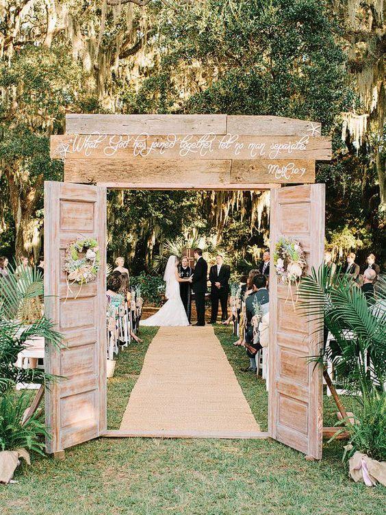 Matrimonio all'aperto: cerimonia in un bosco con porta in legno