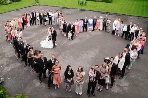 Gli ospiti si distribuiscono a forma di cuore con gli sposi al centro