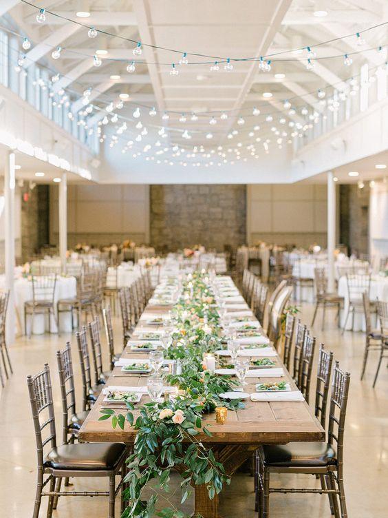 Matrimonio in stile minimal chic: tavolo conviviale con centrotavola floreale basso