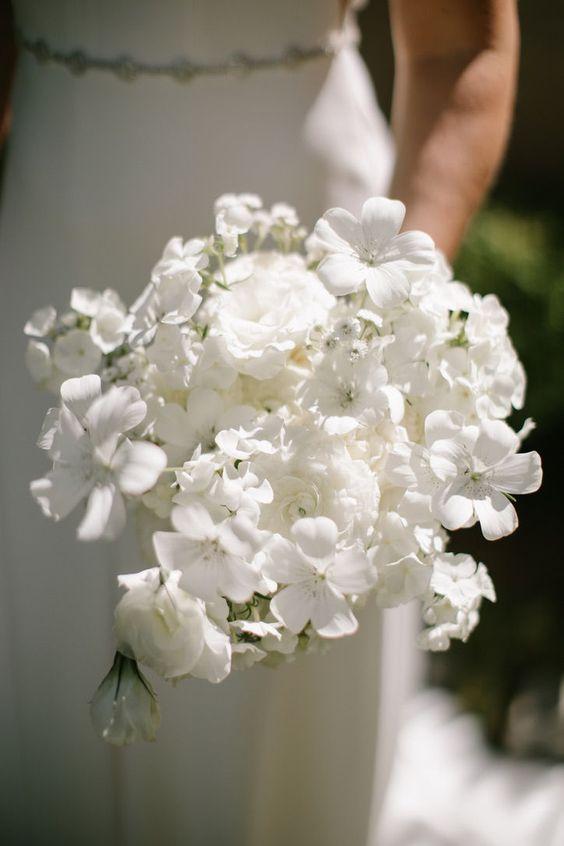 Matrimonio in stile minimal chic: bouquet completamente bianco