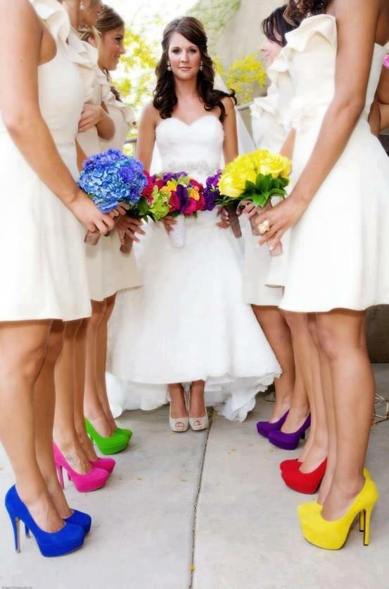 In bianco con scarpe supercolorate