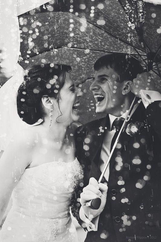 Soluzione per il matrimonio in caso di pioggia: sposi che ridono sotto la pioggia