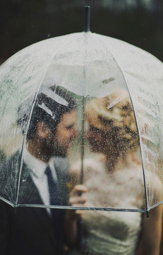 Soluzione per il matrimonio in caso di pioggia: sposi sotto un ombrello trasparente