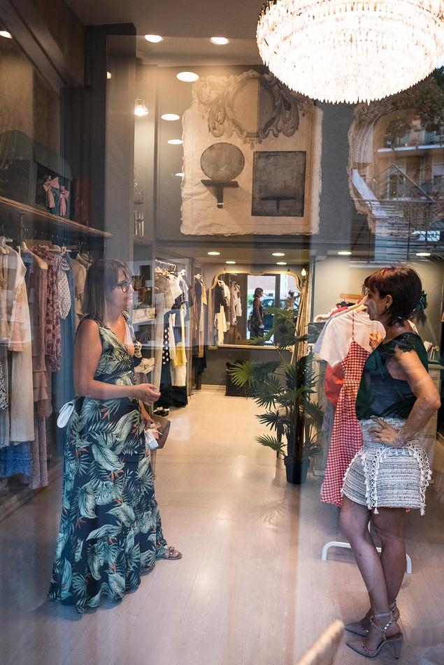 Cokelicò Boutique dall'esterno due donne che parlano