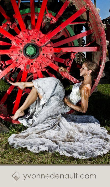 Trash the dress: sposa sporca di grasso da officina