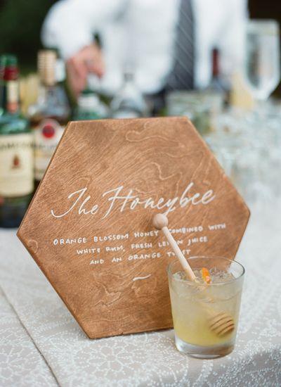 Matrimonio dolci come il miele: menu su esagono di legno