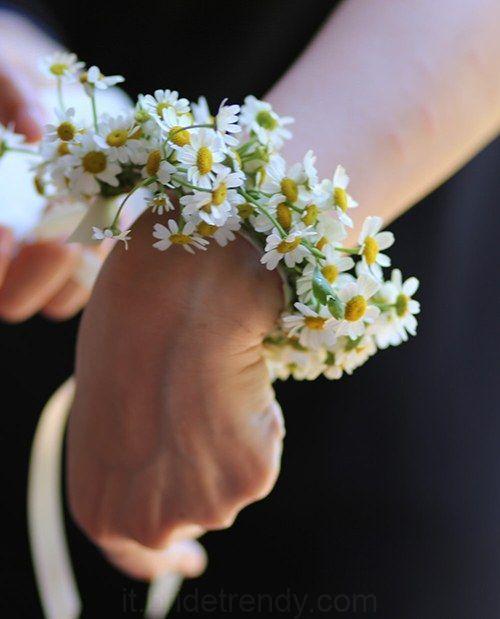 Matrimonio a tema margherite: corsage di margherite