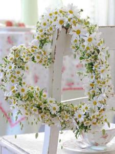Matrimonio a tema margherite: decorazione a forma di cuore ricoperta di margherite