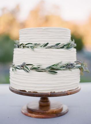 Matrimonio in stile minimal chic: wedding cake spatolata con foglie d'ulivo su ciascun piano