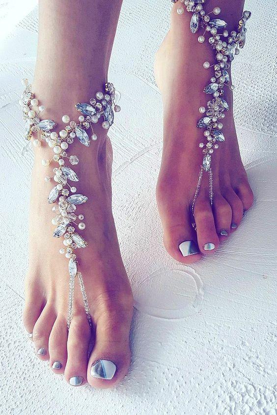 Matrimonio all'aperto: piedi nudi della sposa con gioielli alle caviglie