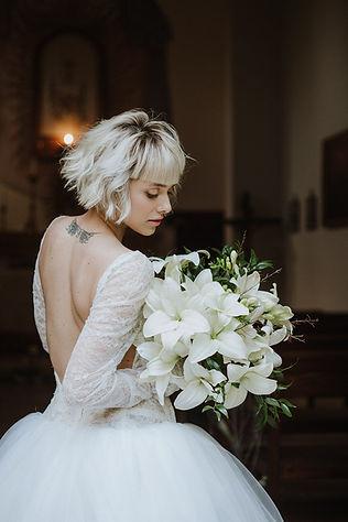 sposa con abito di Vera Wang e bouquet di gigli