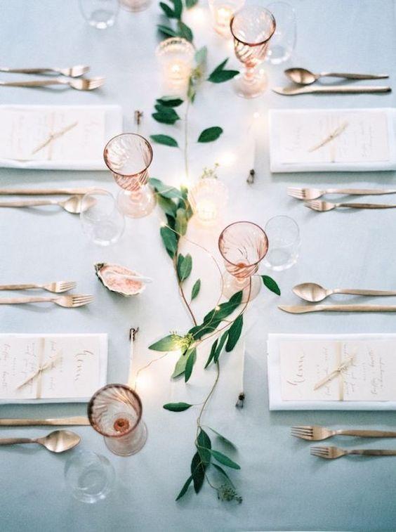 Matrimonio in stile minimal chic: centro tavola con bicchieri rose gold e foglie d'ulivo