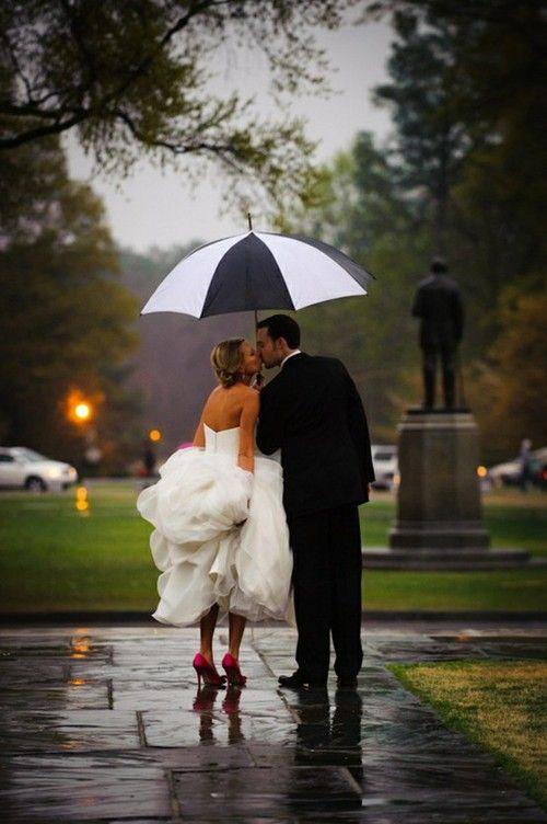 Soluzione per il matrimonio in caso di pioggia: sposi ombrello bianco e nero