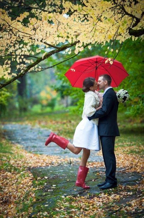 Soluzione per il matrimonio in caso di pioggia: sposi con ombrello e stivali rossi