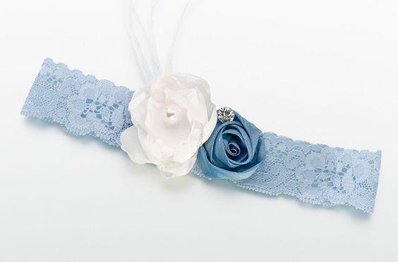 10 Idee regalo di Natale per la sposa: Giarrettiera con rose ricamate