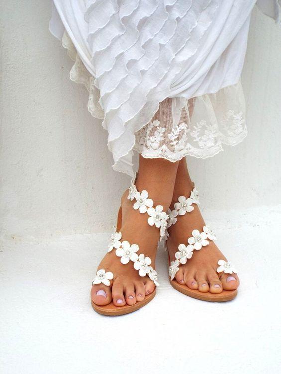 Matrimonio a tema margherite: sandali con margherite bianche