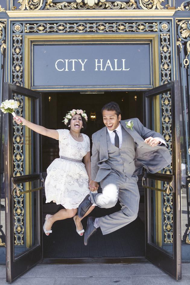 Elopement: sposi che saltano di gioia all'uscita del Comune