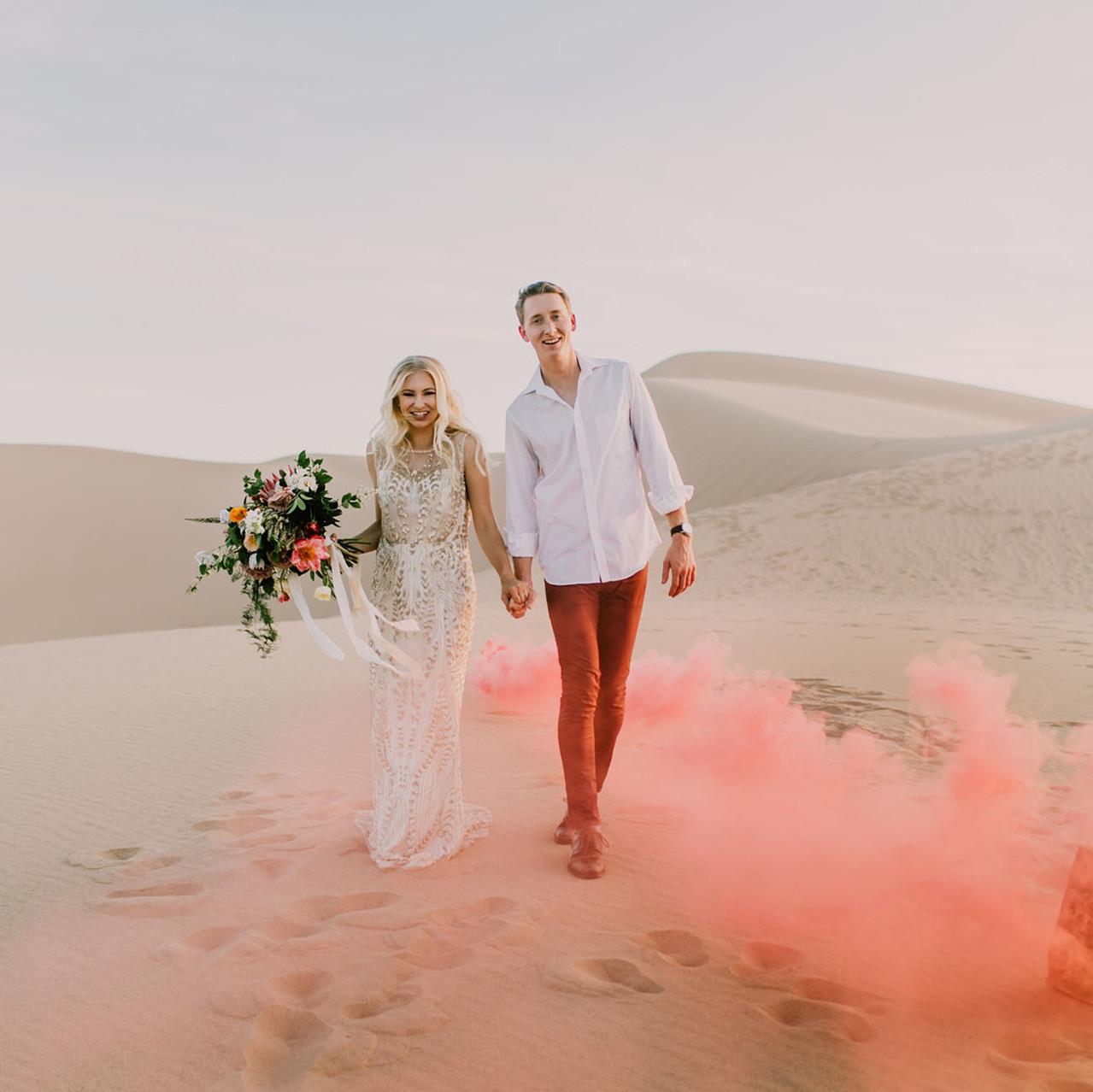 Elopement: sposi che camminano nel deserto della California