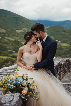 sposi su ciglio del castello di naro