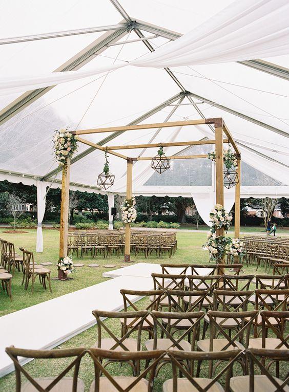 Soluzione per il matrimonio in caso di pioggia: cerimonia all'aperto sotto tensostruttura