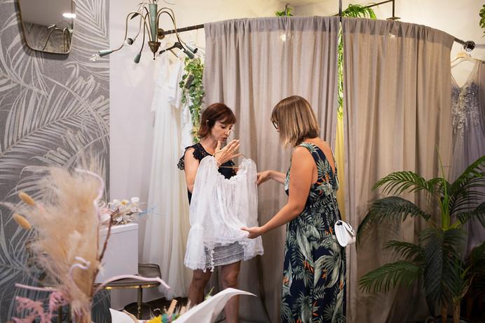 Cokelicò Boutique stilista che mostra biti da sposa