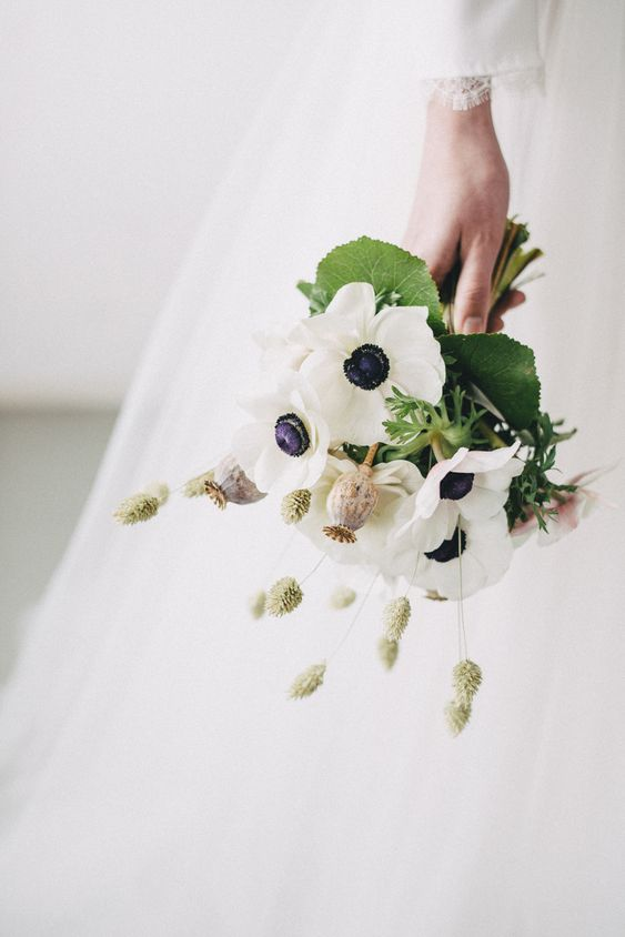 Matrimonio in stile minimal chic: bouquet con anemoni
