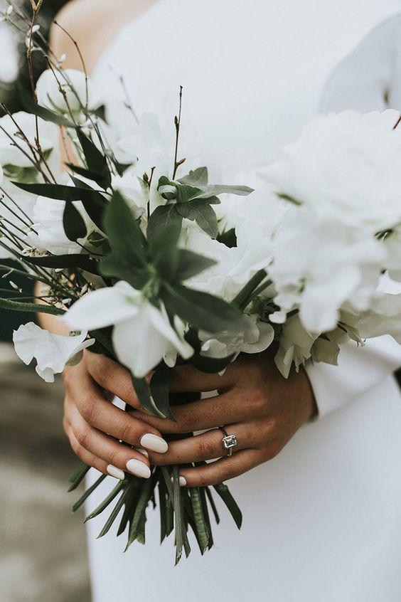 Matrimonio in stile minimal chic: bouquet con fiori bianchi e foglie verdi