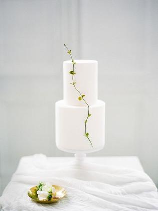 Matrimonio in stile minimal chic: wedding cake bianca a 2 piani sferici