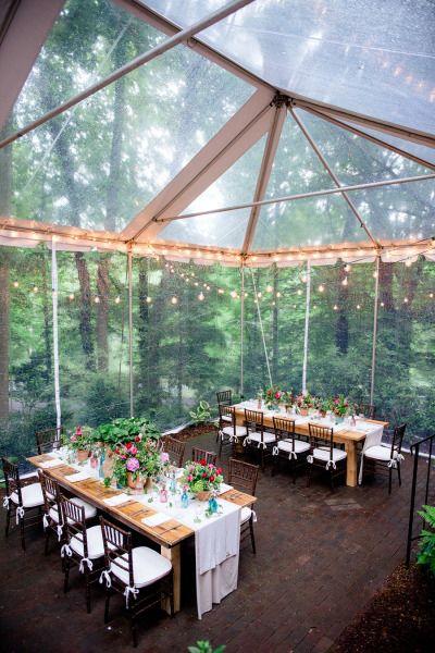 Soluzione per il matrimonio in caso di pioggia: ricevimento all'aperto in un bosco con tensostruttura
