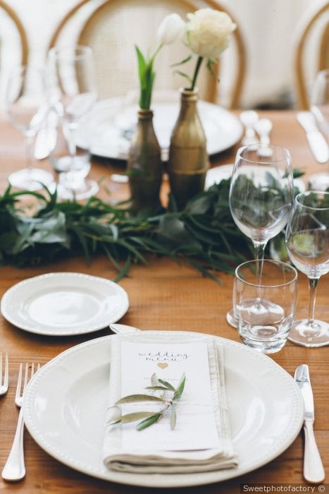 Matrimonio in stile minimal chic: centro tavola con foglie d'ulivo