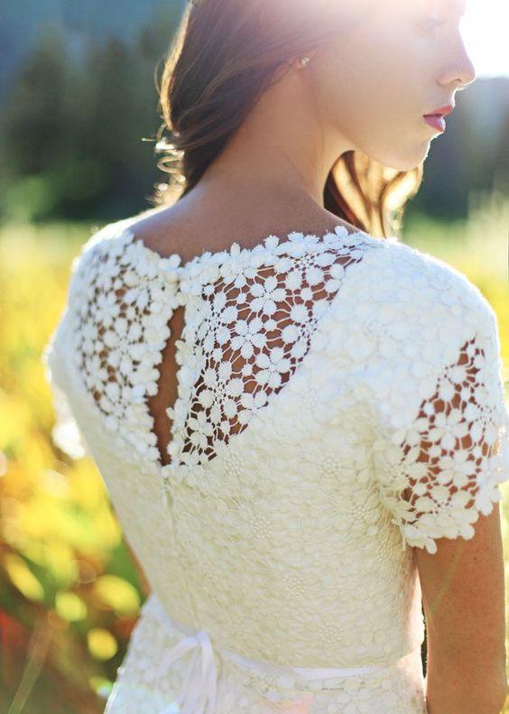 Matrimonio a tema margherite: dettaglio vestito sposa con retro margherite
