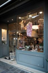Cokelicò Boutique vetrina esterna con abito rosa