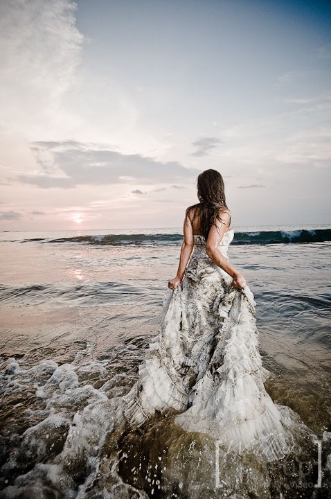 Trash the dress: sposa che si butta in mare