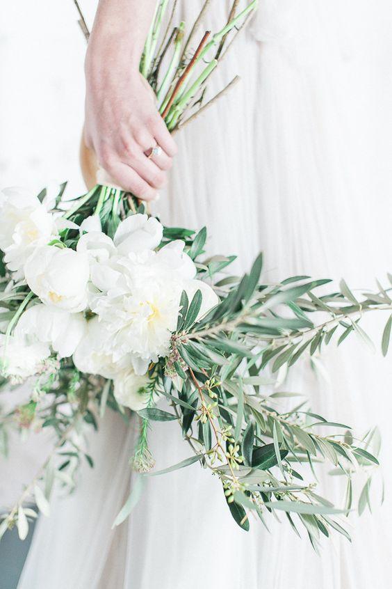 Matrimonio in stile minimal chic: bouquet con fiori bianchi e foglie di ulivo
