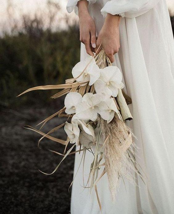Matrimonio in stile minimal chic: bouquet con fiori bianchi e foglie secche