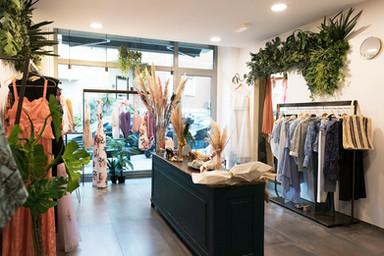 Cokelicò Boutique interno con abiti e dettagli floreali e verdi