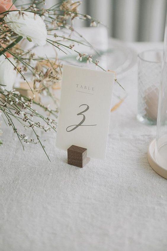 Matrimonio in stile minimal chic: segna tavolo su cartoncino bianco
