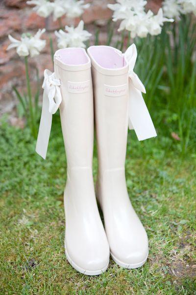 Soluzione per il matrimonio in caso di pioggia: stivali sposa bianchi con fiocchetto bianco ai lati
