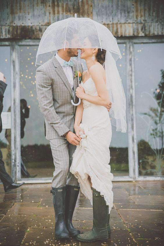 Soluzione per il matrimonio in caso di pioggia: sposi sorridenti sotto la pioggia