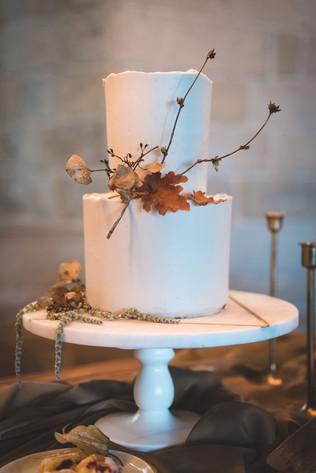 Matrimonio in stile minimal chic: wedding cake con foglie secche autunnali
