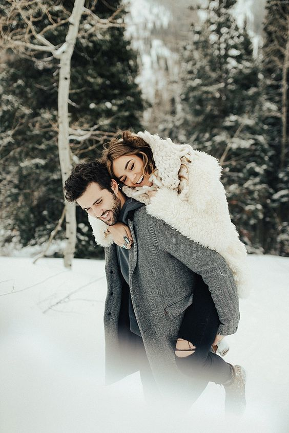 10 Idee regalo di Natale per la sposa: Foto fidanzati sulla neve