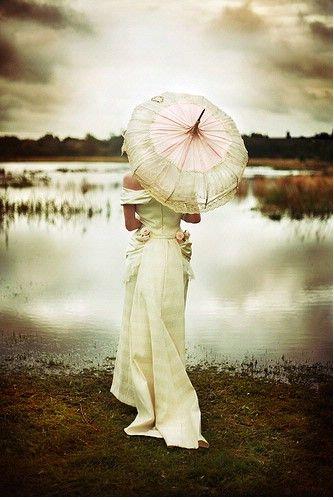 Soluzione per il matrimonio in caso di pioggia: sposa vintage con abito e ombrello in pizzo bianco