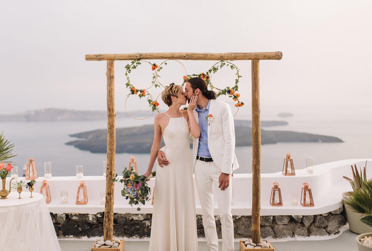 Elopement: sposi che si baciano sulla Chora di Santorini