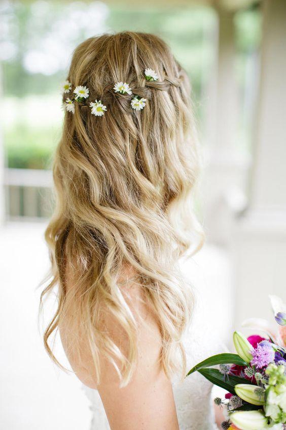 Matrimonio a tema margherite: dettaglio acconciatura sposa