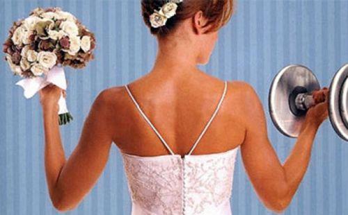 10 Idee regalo di Natale per la sposa: Sposa che solleva pesi