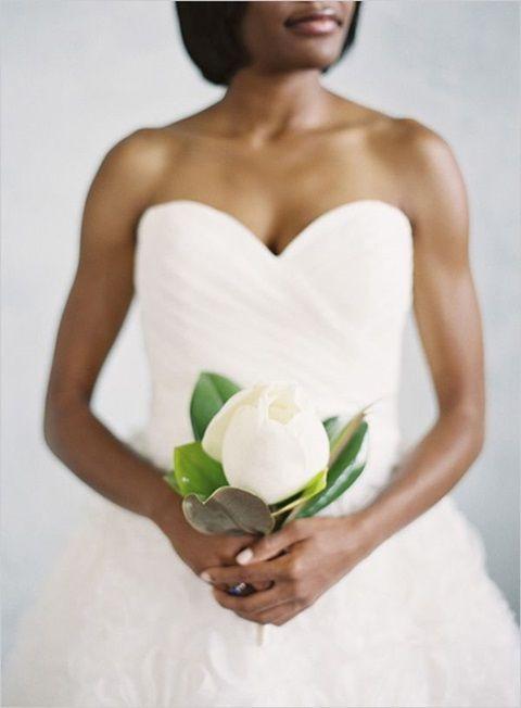 Matrimonio in stile minimal chic: bouquet con solo una magnolia