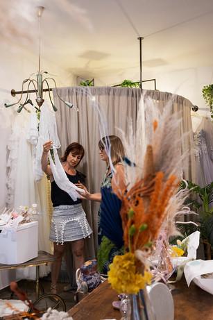Cokelicò Boutique stilista che mostra abiti da sposa