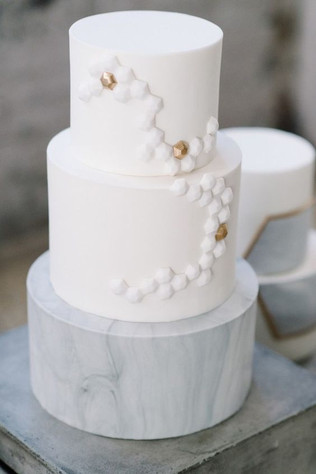 Matrimonio in stile minimal chic: wedding cake bianca