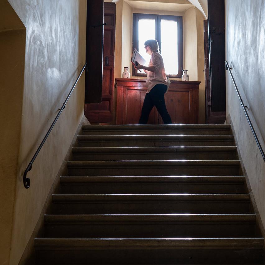 Palazzo Viviani a Montegridolfo donna che cammina sul piano sopra la scalinata